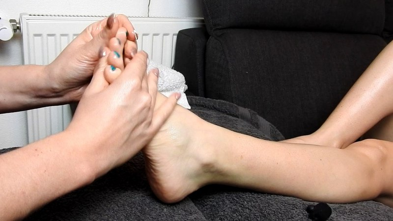 Foot massage with oil, scratching and tickling*ASMR