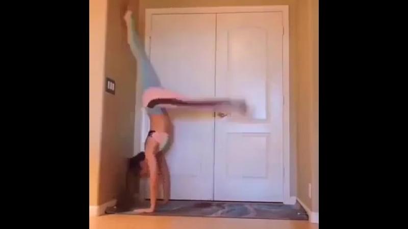 Девушка демонстрирует гибкость