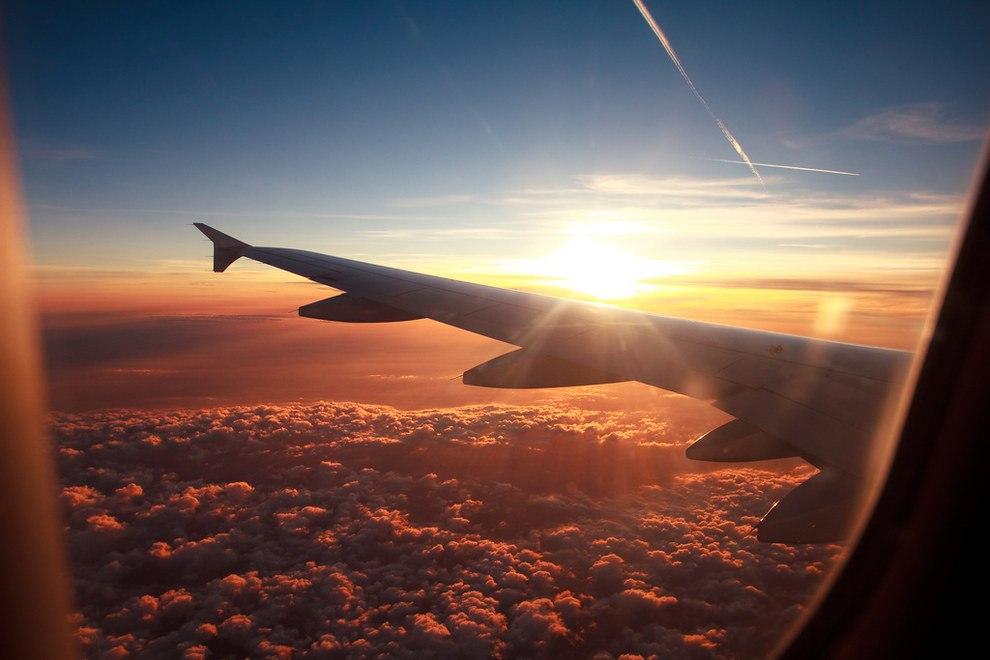 Пассажир самолета нашел дыру в иллюминаторе, поднялась паника