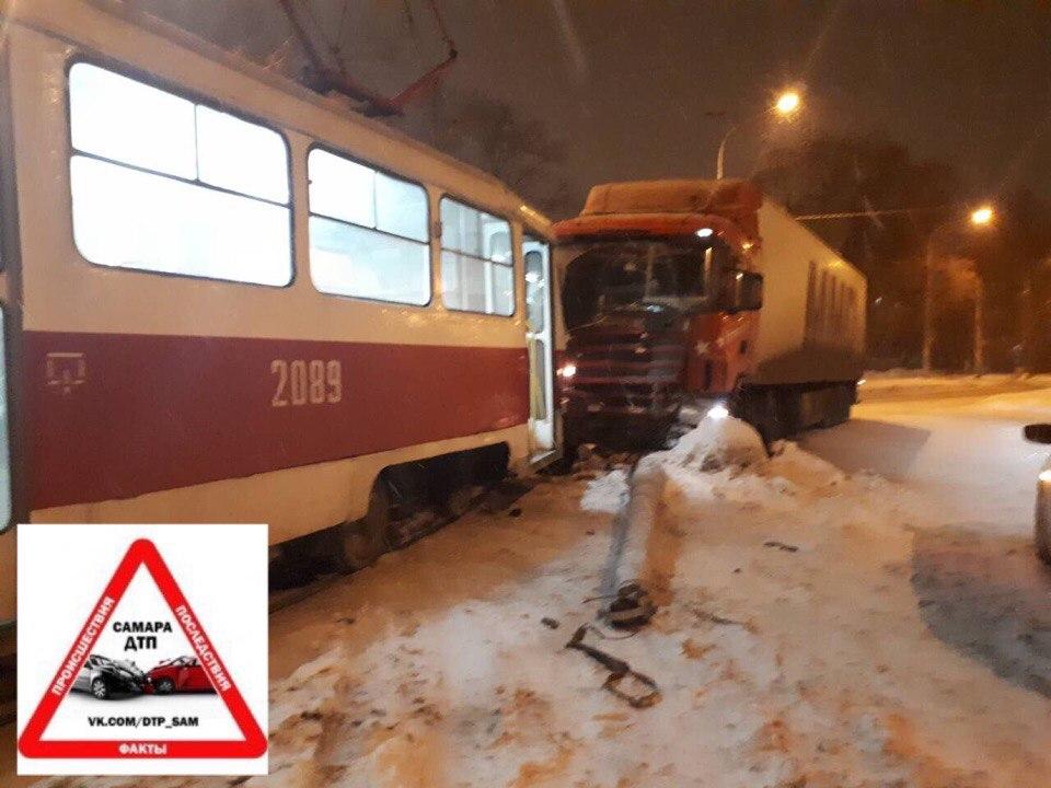 В Самаре на Заводском фура протаранила трамвай