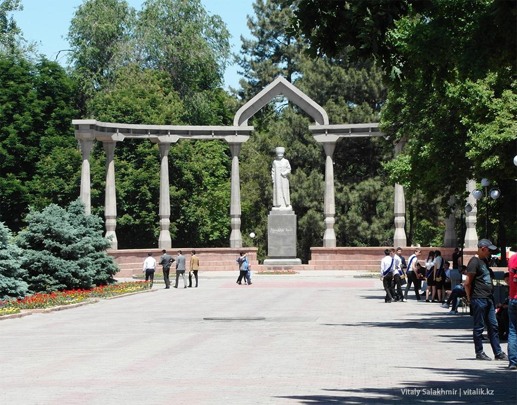 Памятник Курманжан Датка в Бишкеке 2018