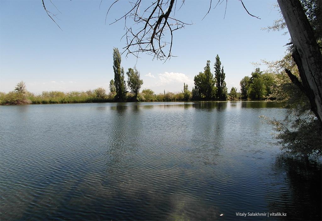 Озеро около границы Кыргызстан-Казахстан