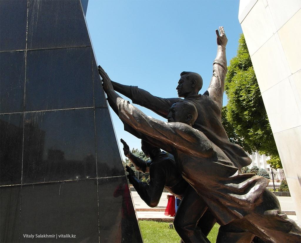 Революционеры, памятник, Бишкек 2018