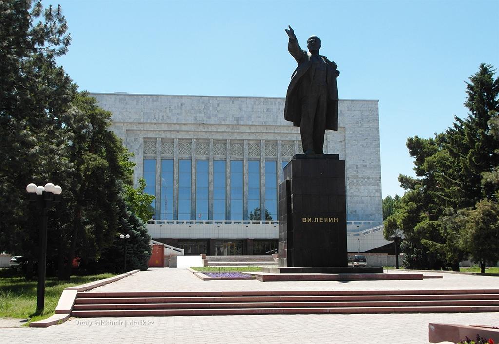 Статуя Ленина в Бишкеке 2018