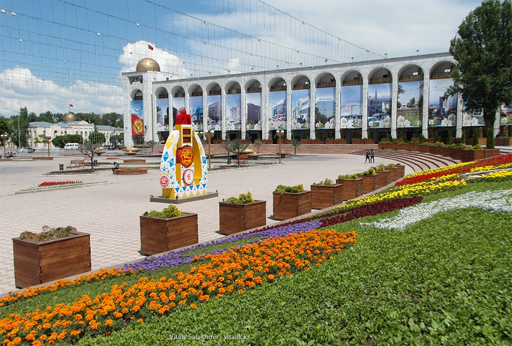Цветы на площади Ала-Тоо, Бишкек 2018