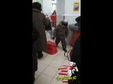 Ребёнок ломает корзины в магазине Пятёрочка. Яжемать / быдло