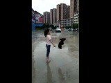 девочка с собакой на скакалке