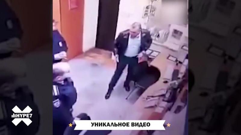 Начальник отдела полиции Пушкино показывает своим подчиненным, как надо работать с задержанными