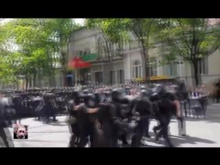 Кишинёв. Священники дерутся с полицией на гей-параде..mp4