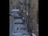 Коммунальщики сбивали сосульки, прикрыв припаркованное авто матрасом