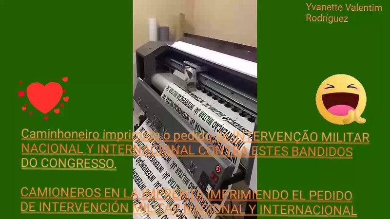 Caminhoneiro imprimindo os adesivos para colocar nos caminhões