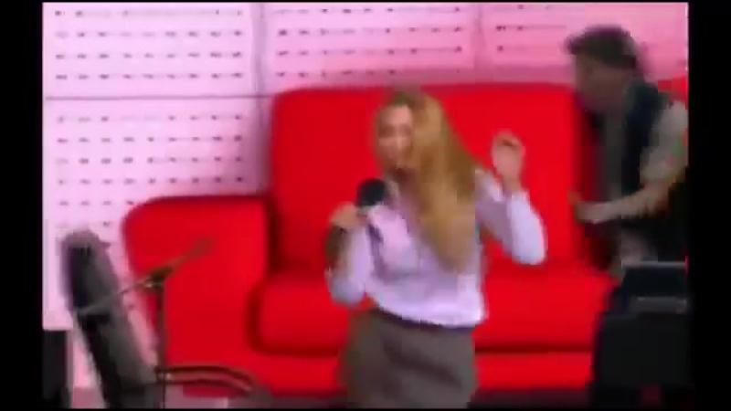 Девушка копирует Голоса Знаменитостей в точности