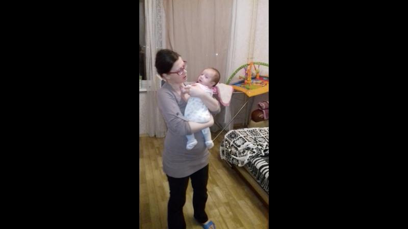 Мама поет доче колыбельные перед сном