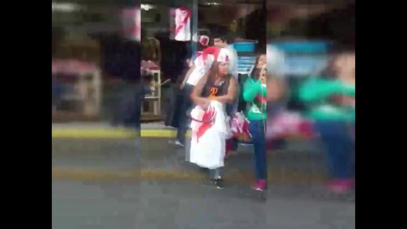 VIRAL 💥| Um casal de deficientes visuais causa tomulto ao apresentar Mayores no meio da rua! Confira: