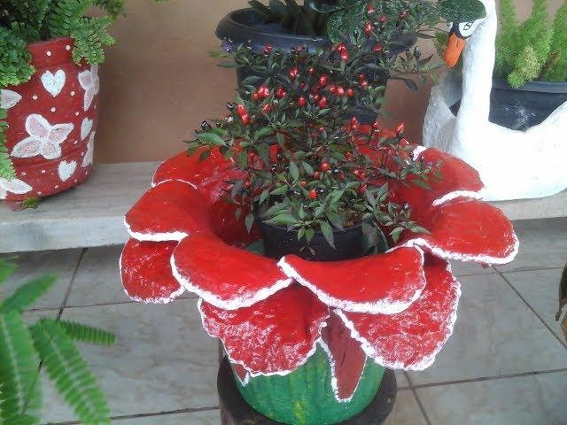 Vaso de cimento e toalha flor vermelha