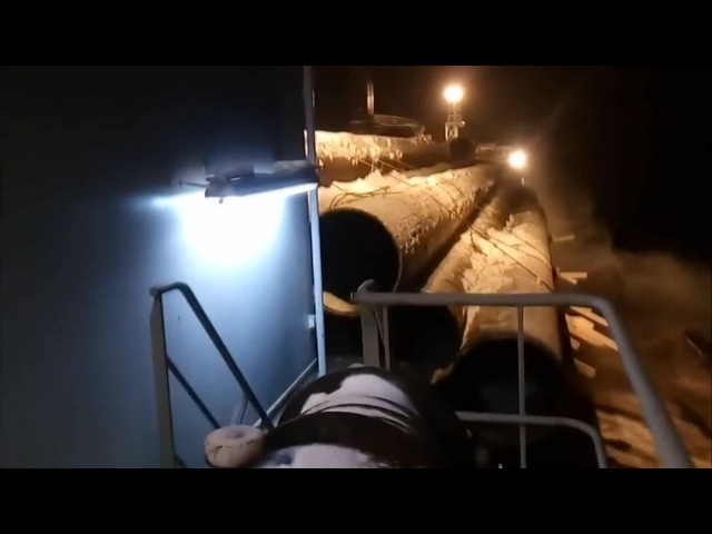 Просрали груз, Load straps break spilling thousands tons of cargo into the sea