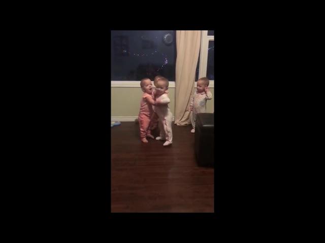 Cuatrillizas se Desean un Feliz Año Bebés y Abrazos