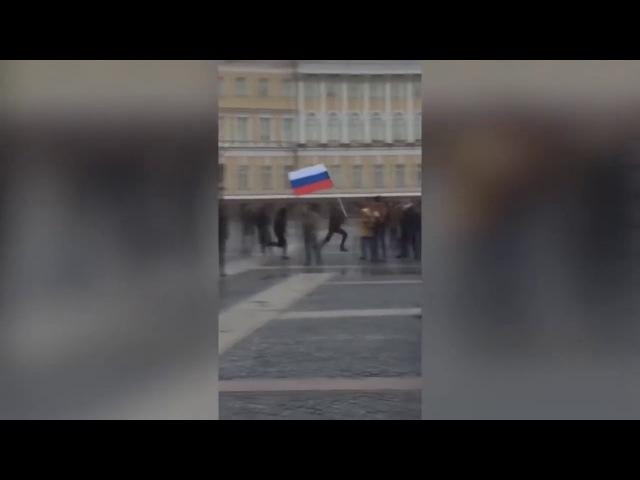 Убегает с флагом России от российского полицейского