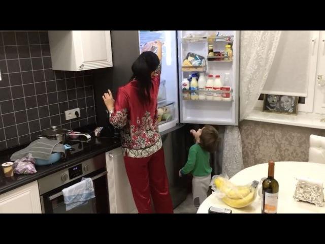 Юлё Салибекова Мамин помощник помогает раскладывать продукты после магазина. А ещё всегда говорит мне : мама, ти касивия , Мам , ти касавиця ! Такое счастье!