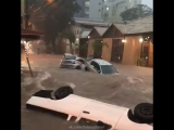 Сильный дождь превратил улицы бразильского города Белу-Оризонти в бурлящие реки, 16.03.2018.