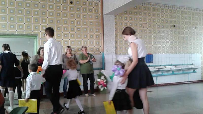 Выпускники провожают первоклашек в их класс