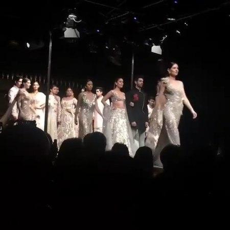 Карина Капур Кхан и Картик Арьян на модном показе Маниша Мальхотра в Сингапуре