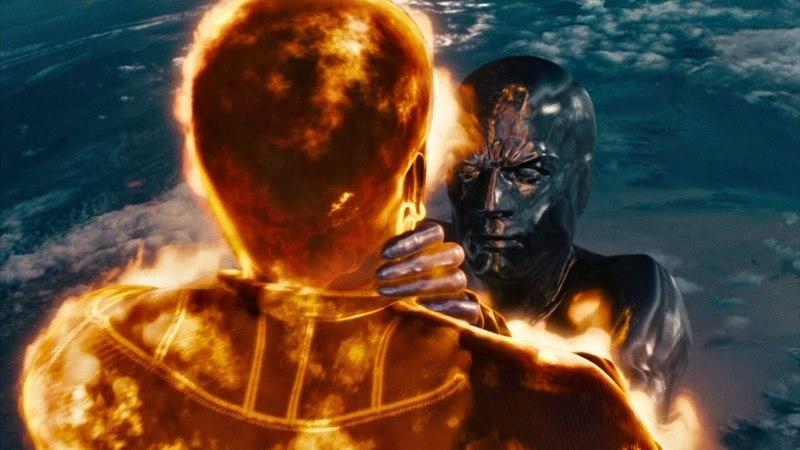 Человек-факел гонится за Серебряным Серфером. Фантастическая четверка: Вторжение Серебряного серфера