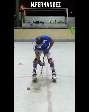 """Nico.fernandez.nadales 💥 on Instagram: """"Que no caiga que no toque el suelo , así es , este juego🎵🎵🤪 ilovehockey hockeypatin hockeypatines hocke..."""