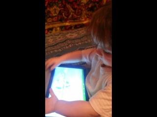 Діана грає в планшет