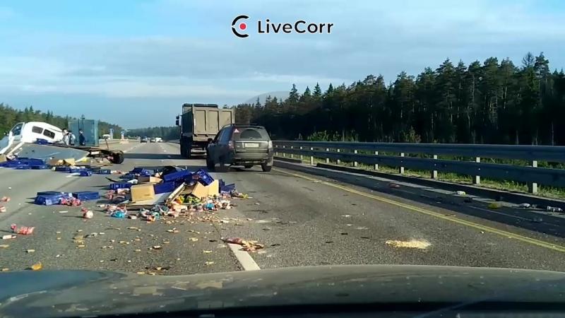 Груженая продуктами газель протаранила грузовик на Новорижском шоссе