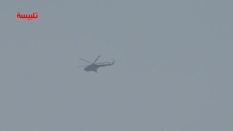 Вертолет ВВС Сирии на севере Хамы сбрасывает на позиции террористов бочки со взрывчаткой