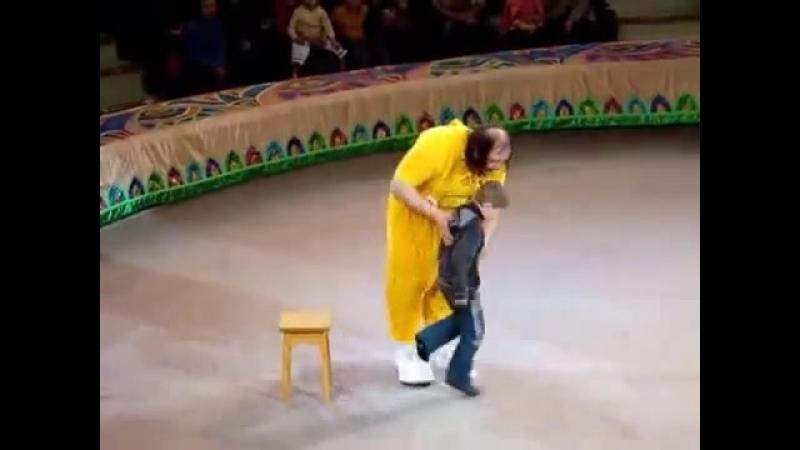 Клоун показал фокус самому внимательному зрителю