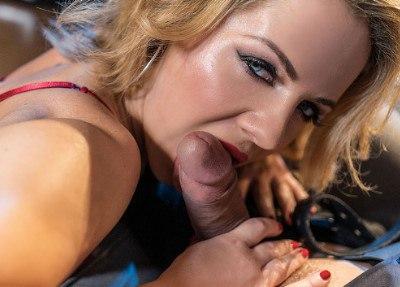 Mature blonde seduces in stockings