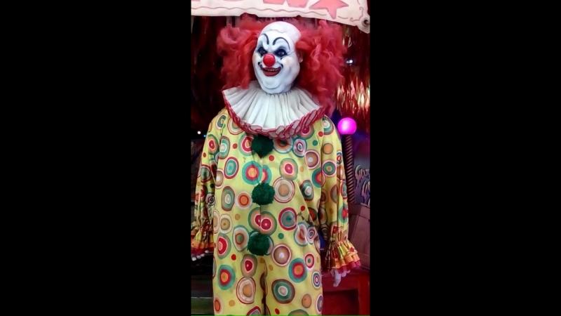 Жуткий клоун из центра развлечений в Паттайе