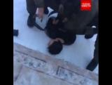 Появилось видео задержания подростка, напавшего с топором на учительницу и в Бурятии во время занятий в школе.