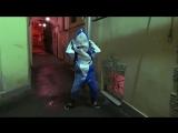 лиззка танцует в костюме акулы (1)