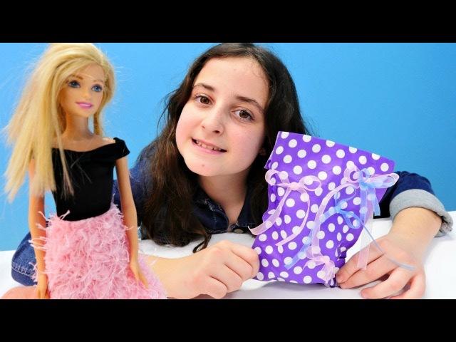Barbie Ken'e hediye yapıyor! Kız oyunları izle!
