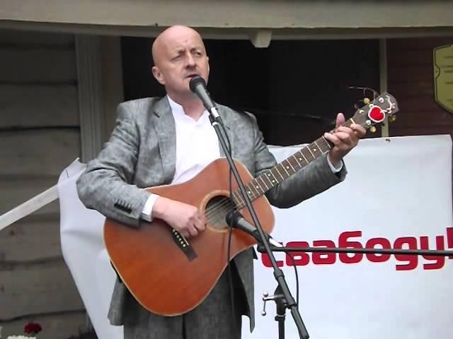 Віктар Шалкевіч спявае песню Шалёная