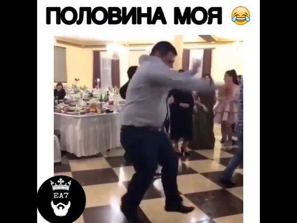 Толстый танцует под музыкой половина мря