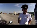 Сотрудники ДПС наставляют мотоциклиста