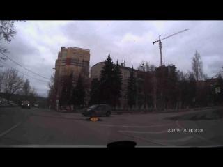 Правила проезда перекрестка вообще не знает. Почти ДТП