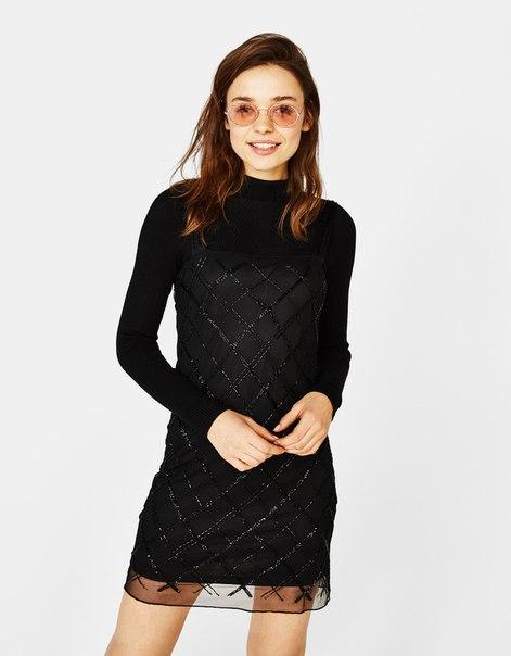 Короткое платье из прозрачной ткани с вышивкой и бисером