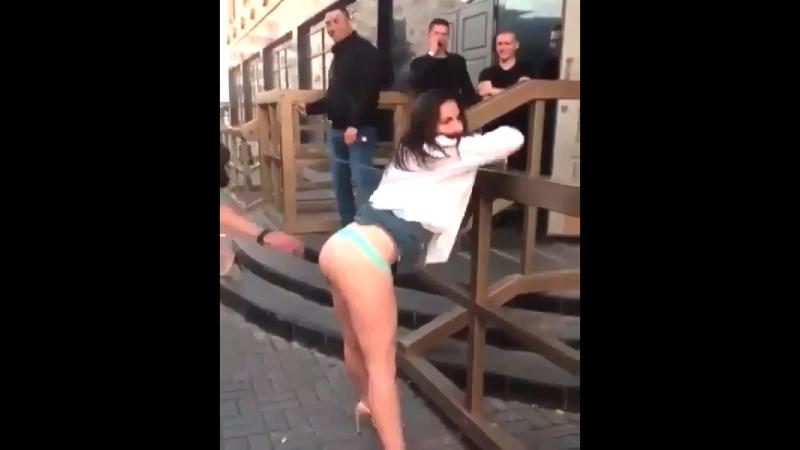Пьяная баба показывает задницу