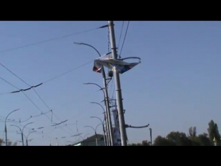 На столбу сорванный плакат на мосту, город Орёл, красный мост