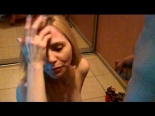 Блондиночка отсасывает постороннему мужчине при муже и принимает сперму на лицо.