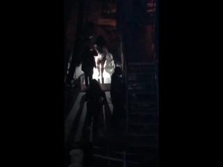 Bastidores: Um fã gravou o momento em que a Demi deixa o palco B e corre para a troca de roupa do penúltimo ato.