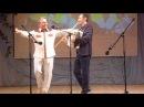 Кураист Азат Атангулов и ведущий Валерий Нуриахметов на сцене Дебёсского РДК