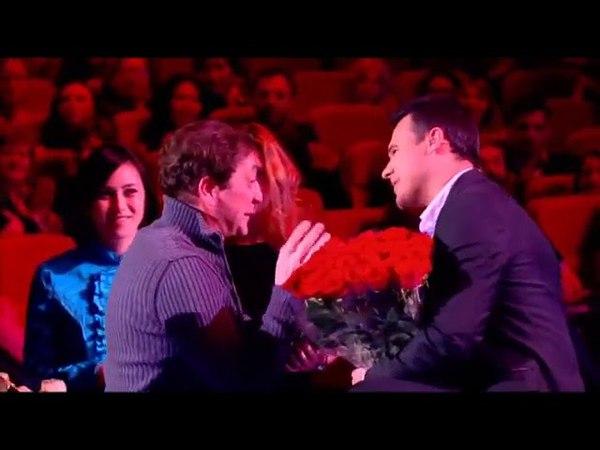 Григорий Лепс дарит Эмину цветы на его концерте в Крокусе, 11.12.2012