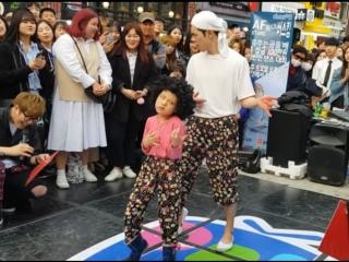 Танец на улице Хондэ в Сеуле, от весёлого дяди и его племянницы