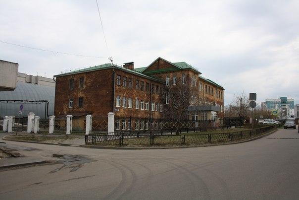 Ужасной окраски школа  30 апреля 2018